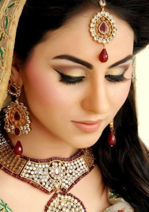 For The Most Part Brides Will Be Advised To Go More Natural Looking Bridal Makeup This Does Not Mean You Have Compromise On Colour As Can
